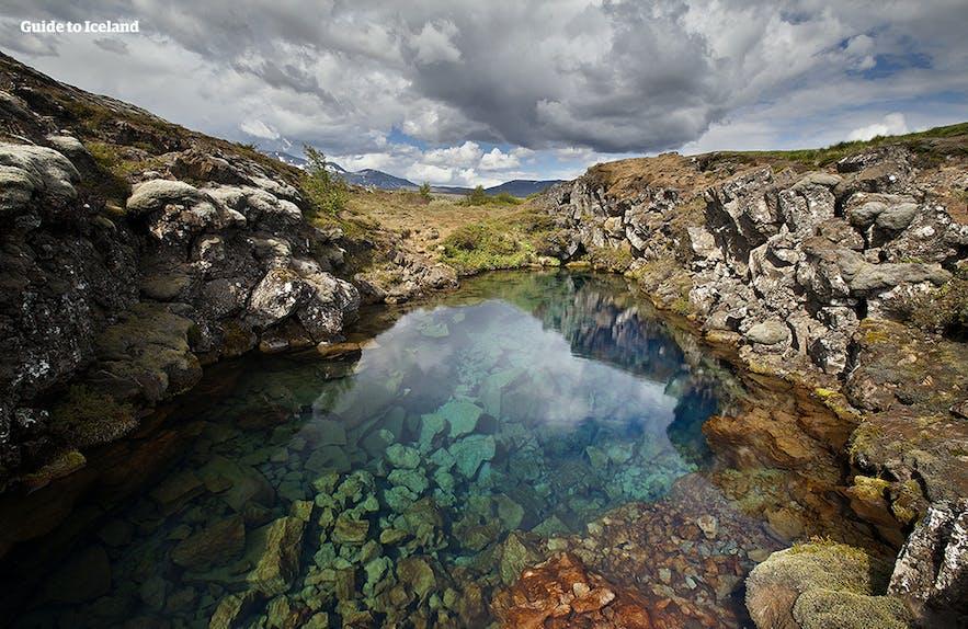 冰岛的丝浮拉大裂缝中注满了纯净无比的冰川水