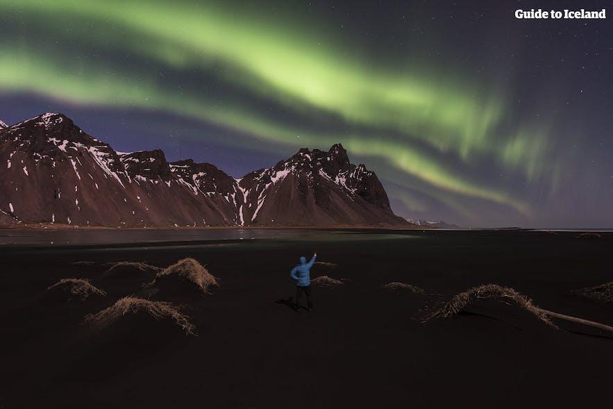 서부 아이슬란드의 베스트라호른 위에서 눈부시게 빛나는 오로라!