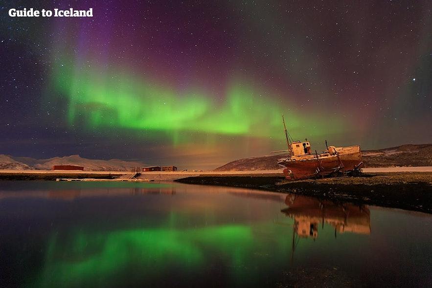 Zorza polarna na Islandii, odbijająca się w zatoce.