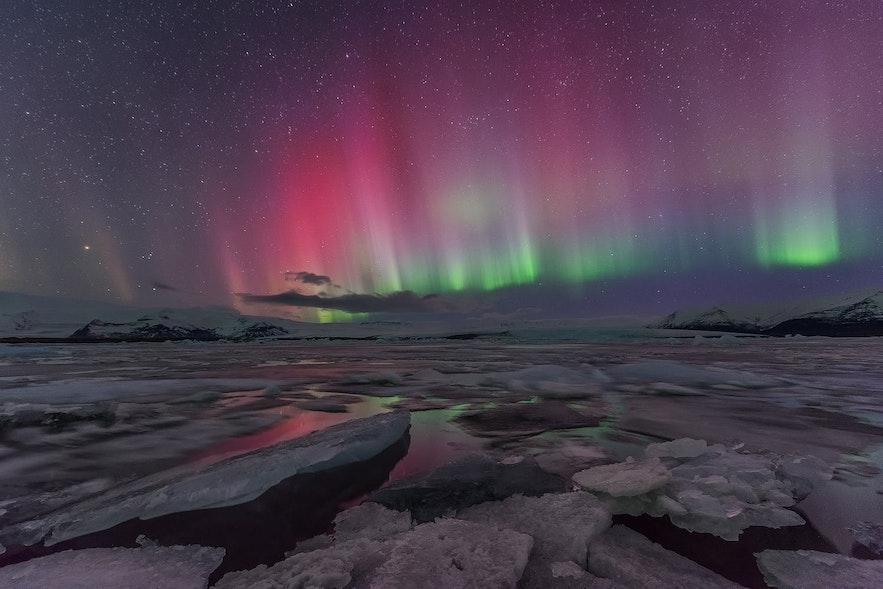 Kolorowa zorza polarna na Islandii, laguna Jokulsarlon.