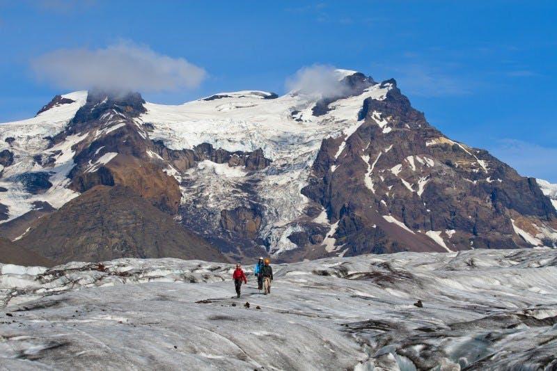 在冰岛的斯卡夫塔山自然保护区内体验冰川徒步。