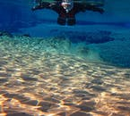 ลอยอยู่เหนือกระแสน้ำเอื่อยระหว่างทัวร์ดำน้ำตื้นที่ช่องแคบซิลฟรา.