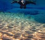 Flottez avec le courant doux lors d'une visite de plongée en apnée dans la fissure de Silfra.