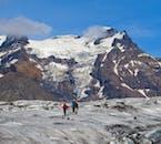Sommets déchiquetés et neige blanche à la réserve naturelle de Skaftafell.