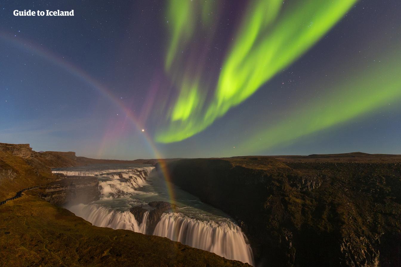 冰岛全岛都可以看到北极光,靠南的黄金圈也不例外,图中的黄金瀑布罕见的同时罩在北极光与月光彩虹之下