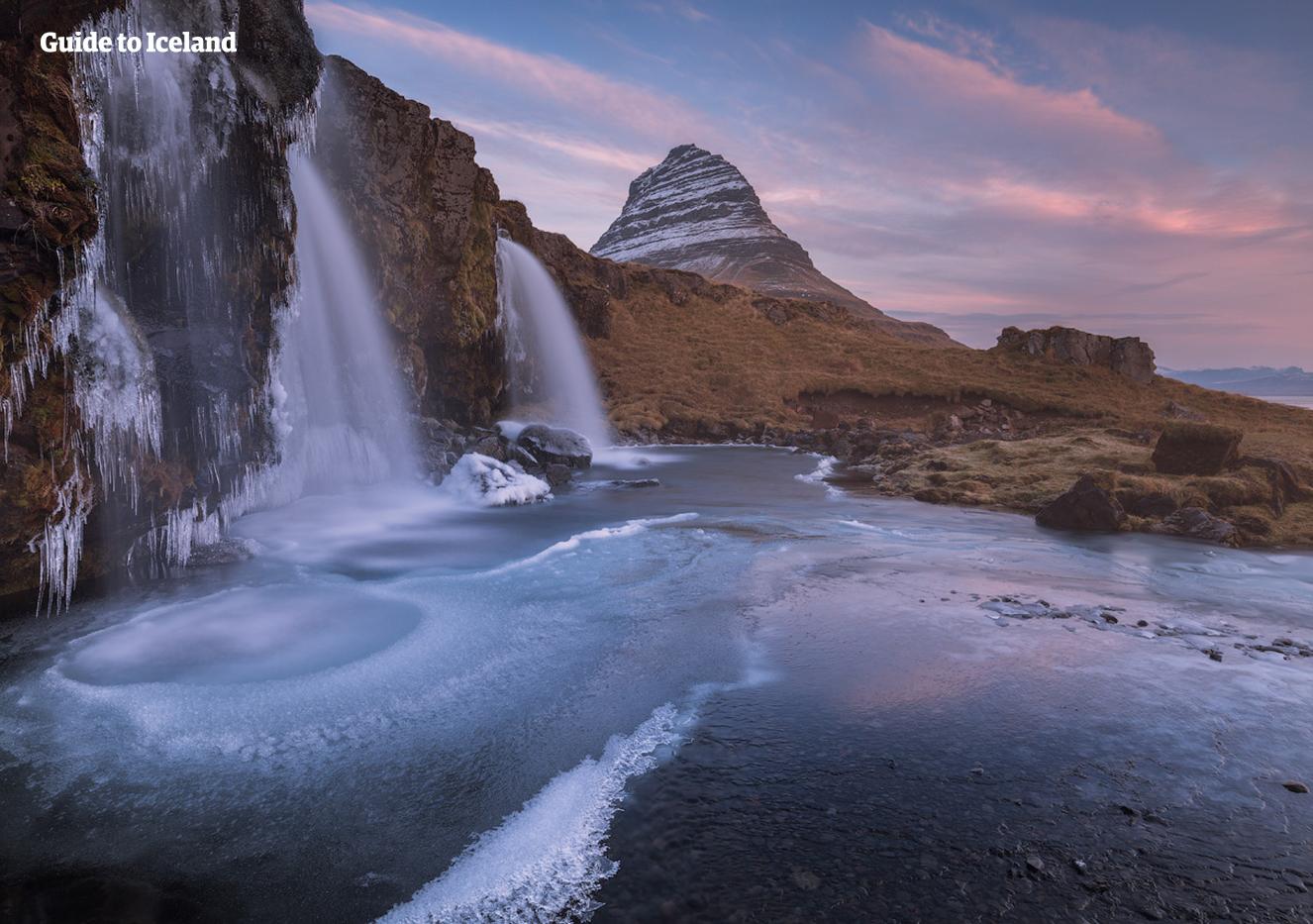 Der Wasserfall Kirkjufellsfoss in der Nähe des pyramidenförmigen Berges Kirkjufell in Westisland ist zwar von der kleineren Sorte, weiß aber trotzdem zu beeindrucken.