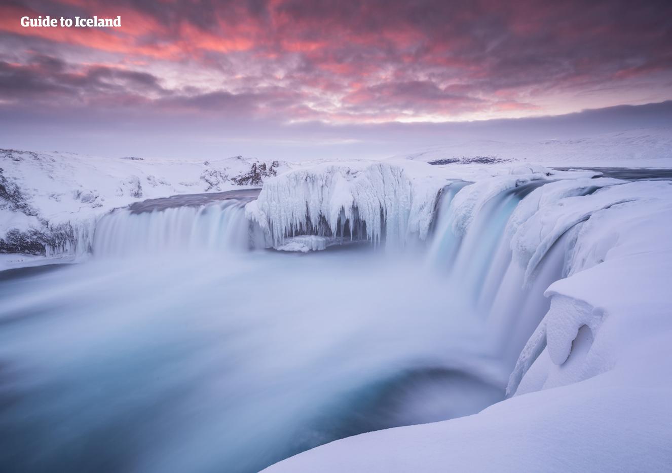 Der Wasserfall Goðafoss im Norden Islands ist im tiefen Winter in Eis gehüllt.