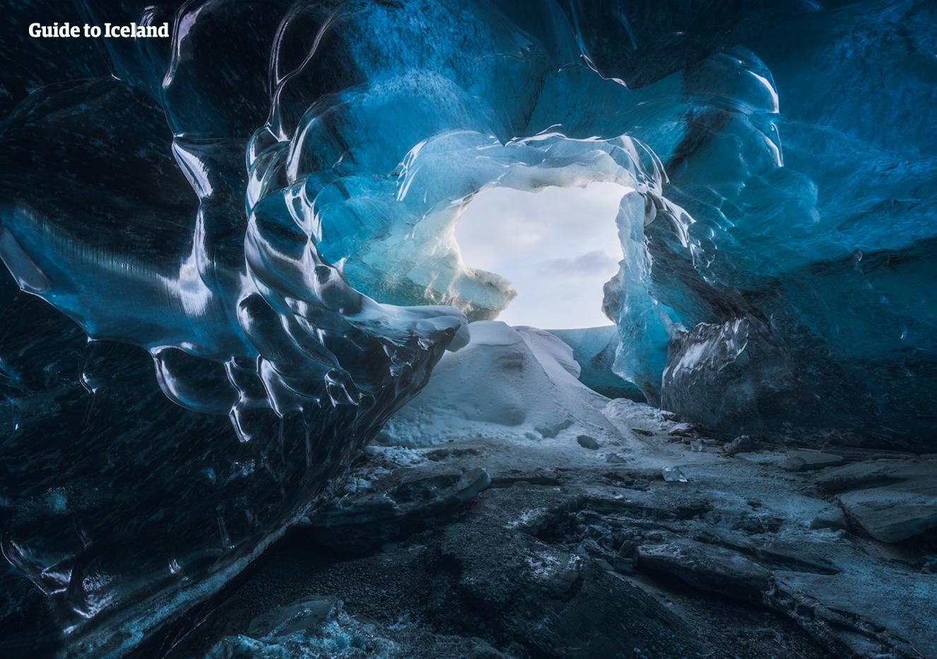 Das durch das Eis gebrochene Licht macht einen Besuch der Eishöhlen im Südosten Islands im Winter zu einem magischen Erlebnis.