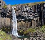 Cascade de Svartifoss entourée de colonnes hexagonales de basalte dans le parc national de Skaftafell, au sud de l'Islande.