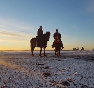 Una spiaggia di sabbia nera a cavallo | Avventura vicino a Vik