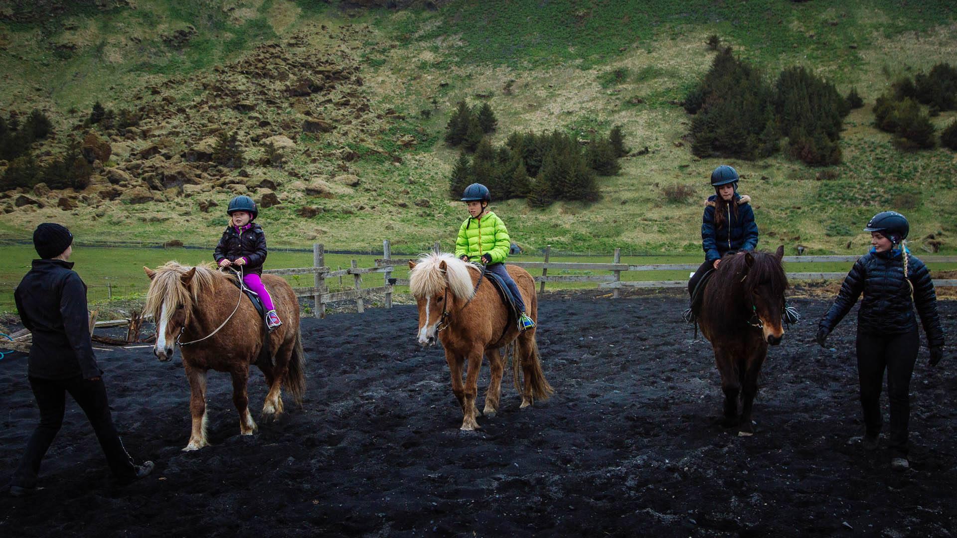 ผู้ขี่กำลังเรียนรี้วิธีการขี่ม้าที่วิก ทางตะวันอกเฉียงใต้ของประเทศไอซ์แลนด์ ที่หากทรายดำ