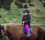 เด็กผู้หญิงตัวเล้กกำลังขี่ม้าไอซ์แลนดิก