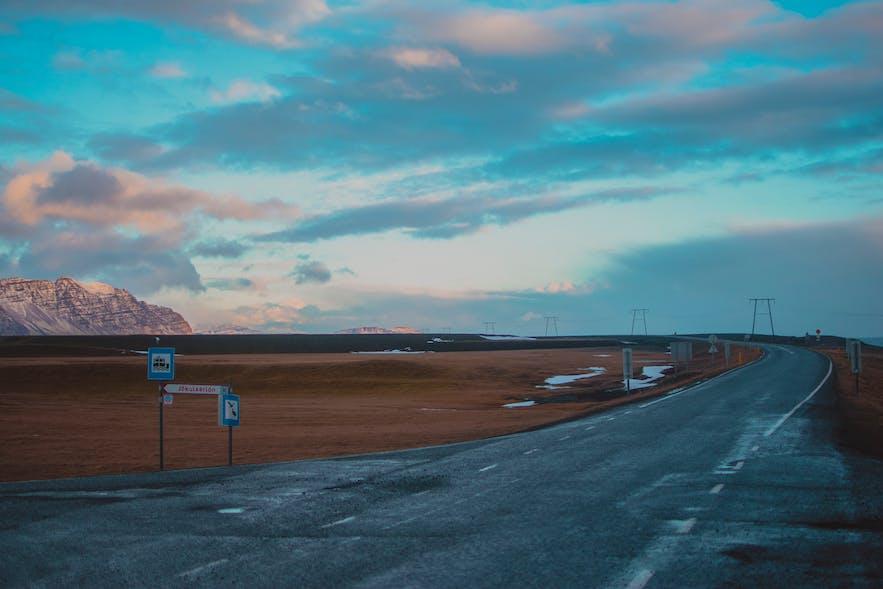 10月的冰岛路况,路面有可能有雪,但雪化的较快,路面也许会有黑冰