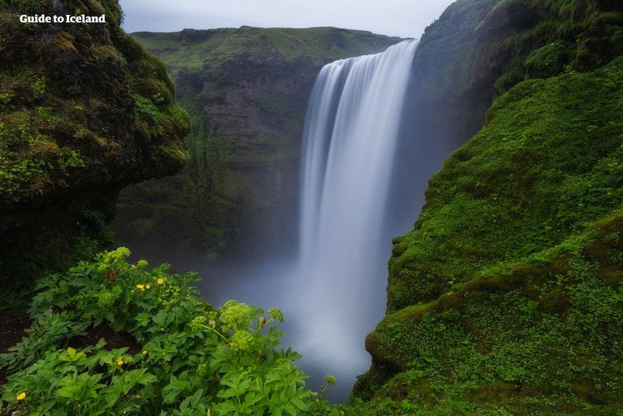 斯科加瀑布(Skogafoss,又名森林瀑布、彩虹瀑布)位于冰岛南岸一号环岛公路沿线