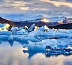 La laguna glaciar Jökulsárlón llena de icebergs y trozos forman el glaciar de arriba.