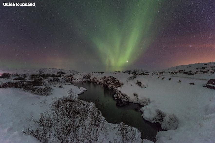 Северное сияние над Тингвеллиром — объектом всемирного наследия ЮНЕСКО в Исландии.