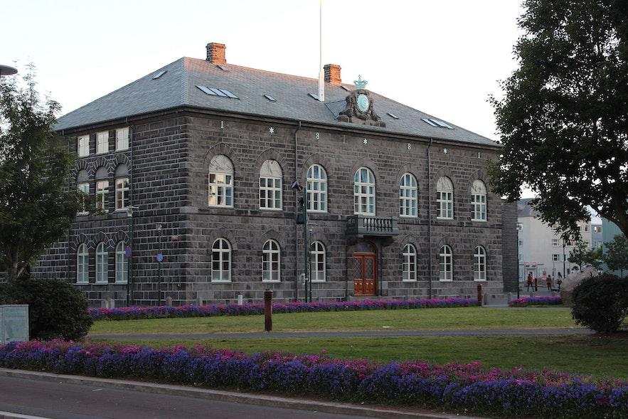 Здание Парламента в Рейкьявике.
