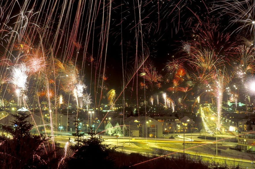 冰岛首都雷克雅未克夜空中的新年焰火