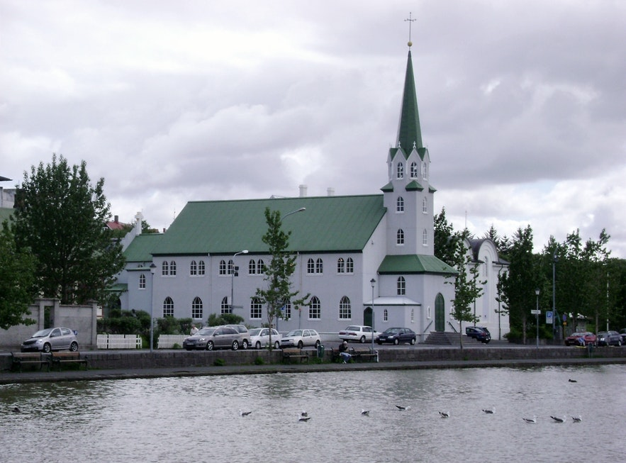 冰岛首都雷克雅未克的托宁湖旁的自由教堂