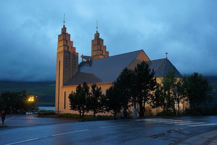Die legendäre Kirche in Akureyri wurde im Jahr 1940 geweiht.
