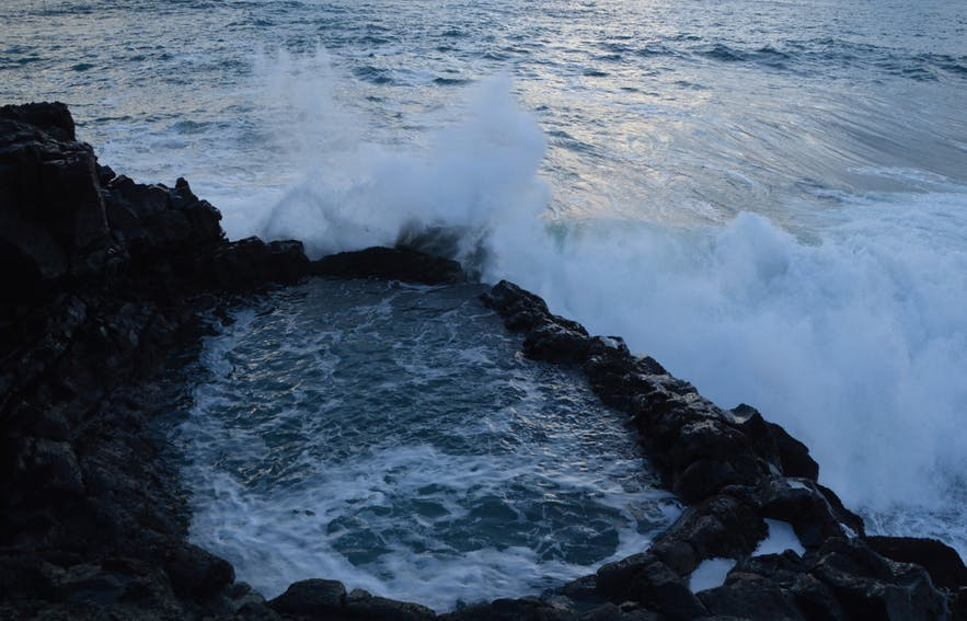 冰岛雷克雅内斯半岛的Brimketill火山岩泳池在冬季时不宜前往