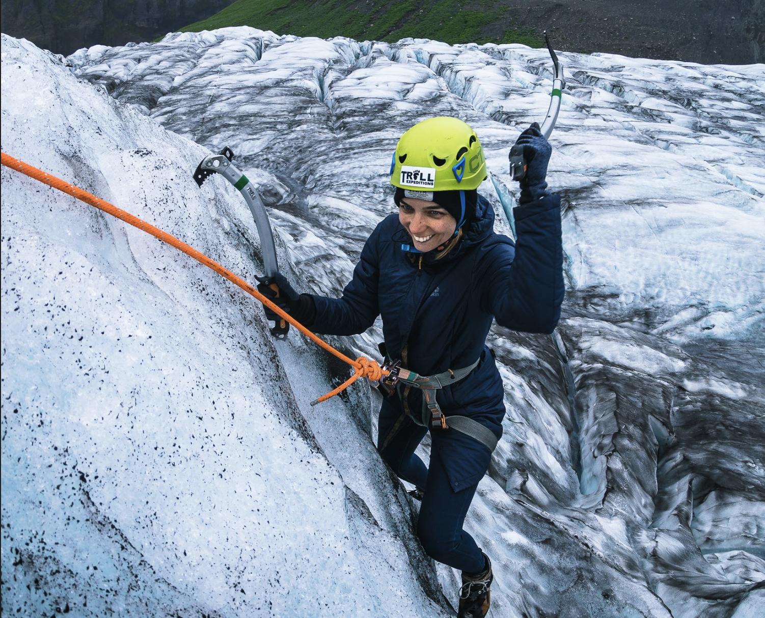 登上瓦特纳冰川,攀登混合了火山灰的冰蓝冰墙