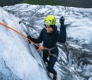 スカフタフェットル発 氷河ハイキングとアイスクライミング体験