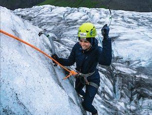 スカフタフェットルでのアイスクライミングと氷河ハイキング