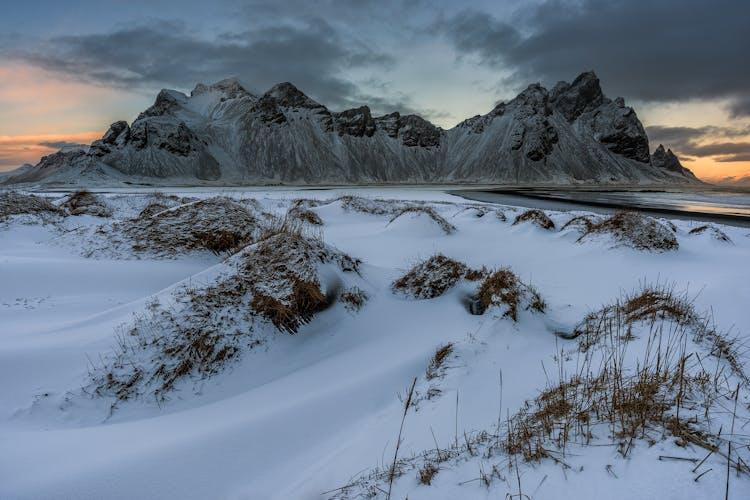 La montagne Vestrahorn marque la frontière entre les fjords de l'Est et la côte sud. Elle surplombe les plages de sable noir et donne une image grandiose en été comme en hiver.