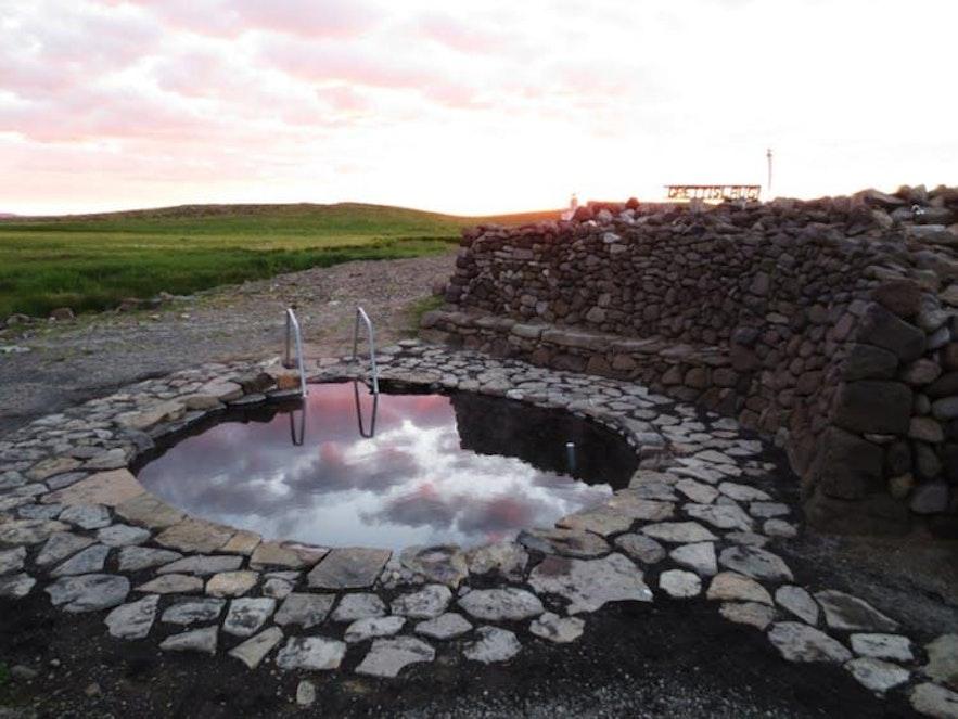 Grettislaug ist eine beliebte heiße Quelle im Norden Islands, benannt nach dem Wikinger Grettir der Starke.