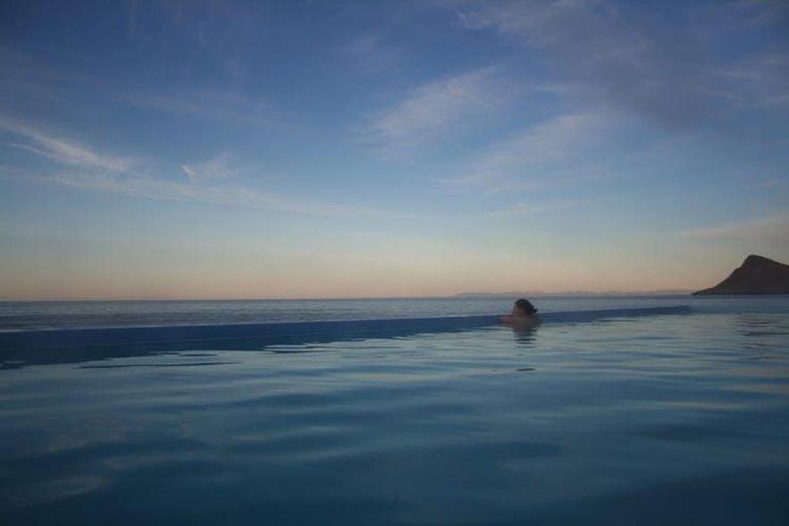 Die Aussicht vom Krossneslaug-Pool in den Westfjorden Islands ist unglaublich!