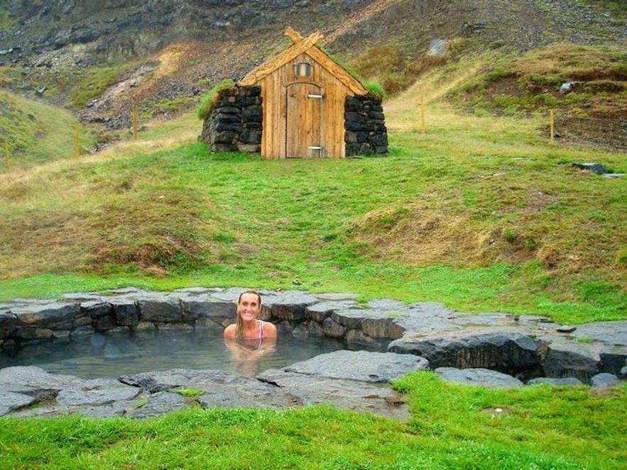 Entspannung in der historischen heißen Quelle Guðrúnarlaug in Westisland