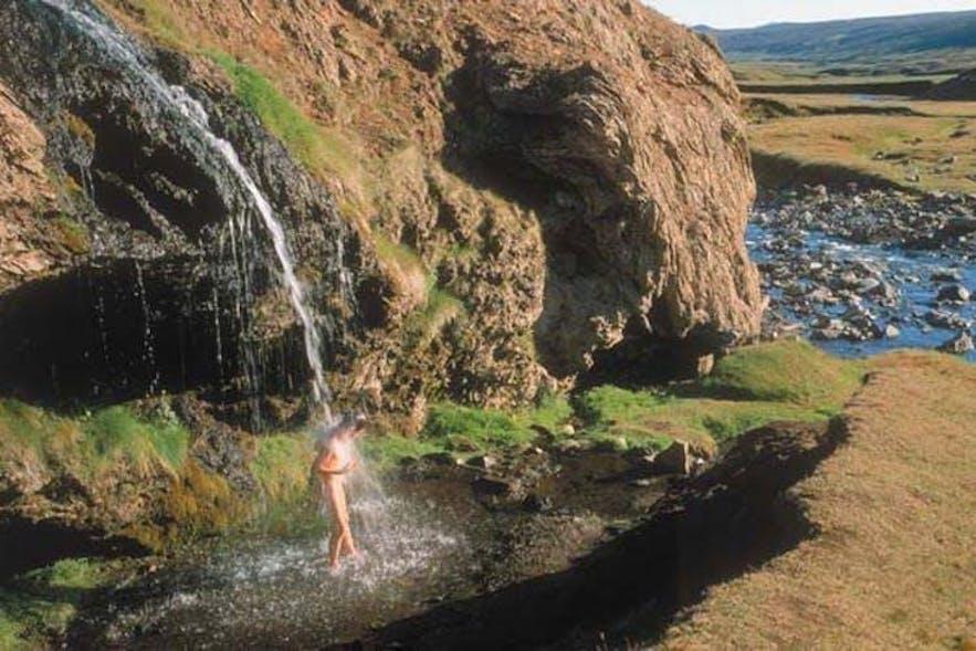 Der aus einer heißen Quelle kommende Wasserfall Laugavallalaug im Osten Islands