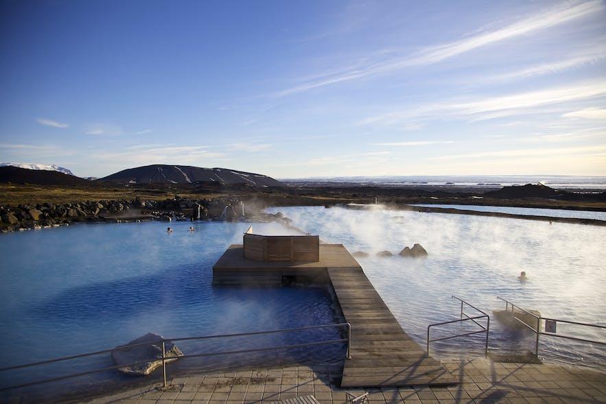 Das Naturbad am Mývatn-See hat die gleiche blaue Färbung wie die Blaue Lagune...