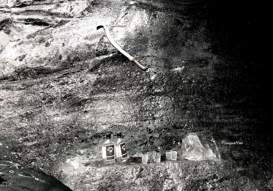 冰島冰洞內的Brennivin酒