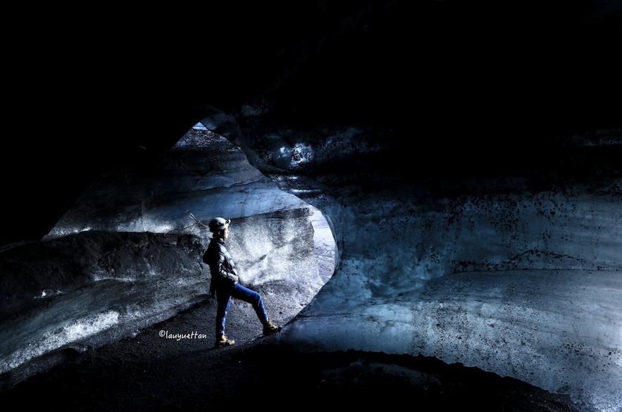 在黑冰洞內設置相機得意也可以拍出藍色的效果