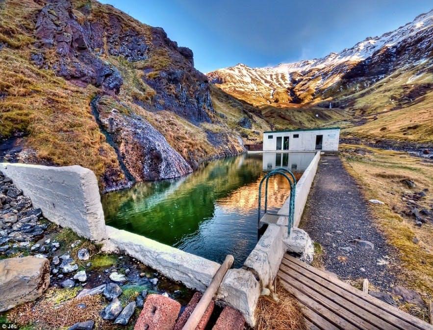 Das alte Schwimmbad Seljavallalaug liegt direkt an einem Berghang in Südisland.