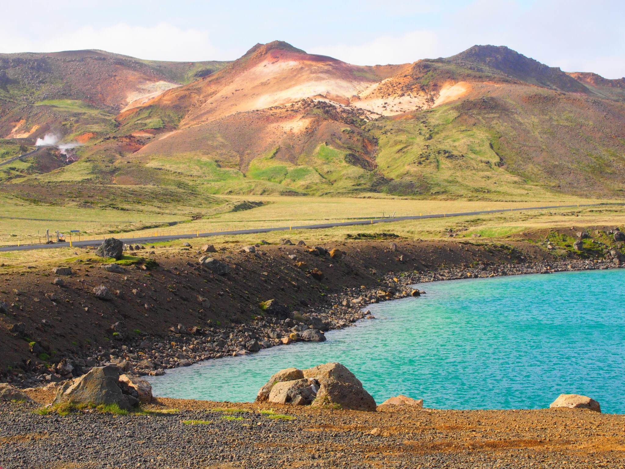 冰岛雷克亚内斯半岛上美丽的湖泊与山峦
