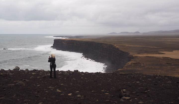 一名游客正在欣赏雷克亚内斯半岛的悬崖美景
