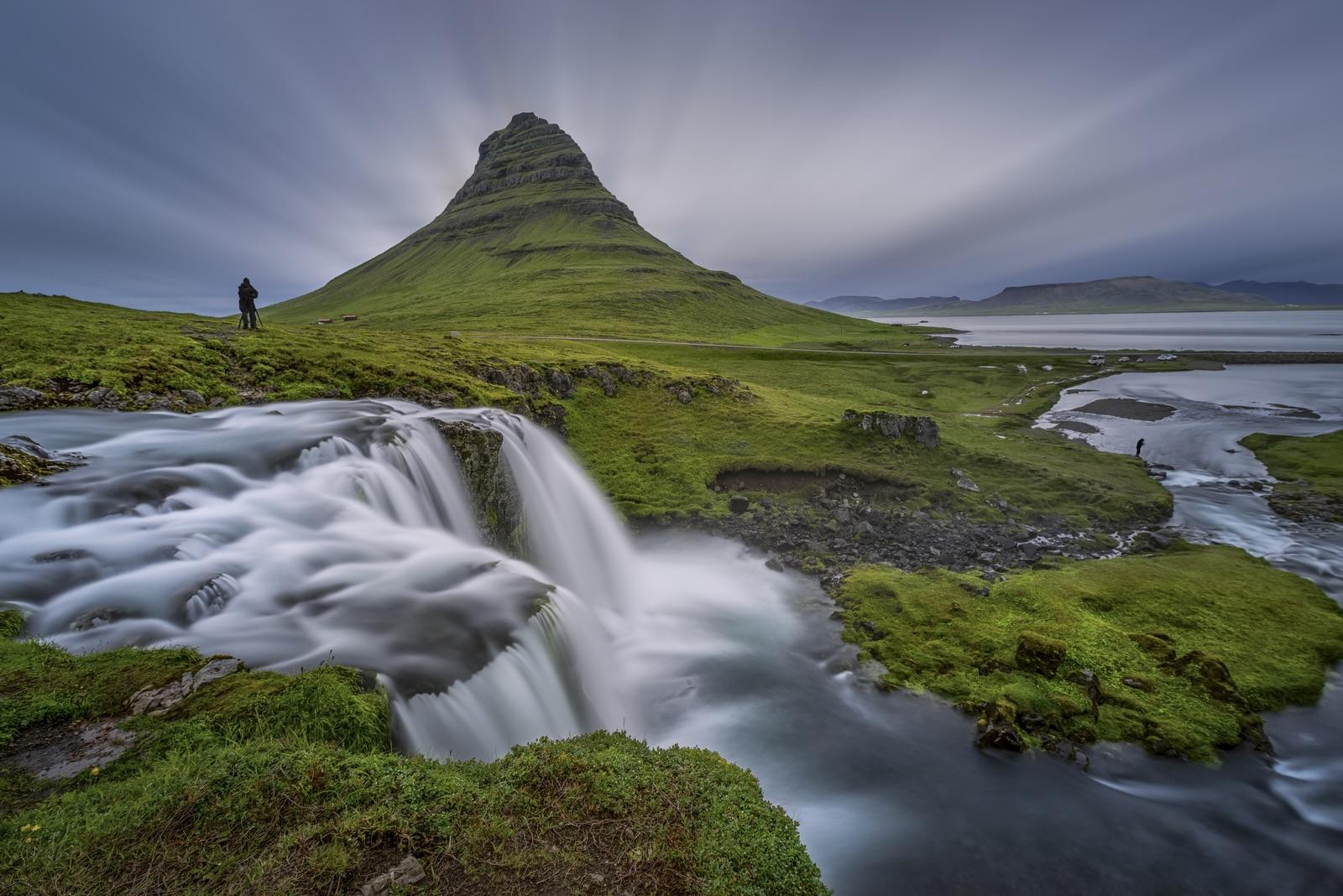 被苔藓覆盖的冰岛西部斯奈山半岛草帽山