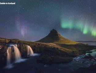 Les fabuleuses aurores boréales dansent dans le ciel, derrière l'une des montagnes les plus photographiées du pays, le mont Kirkjufell, sur la péninsule de Snæfellsnes.