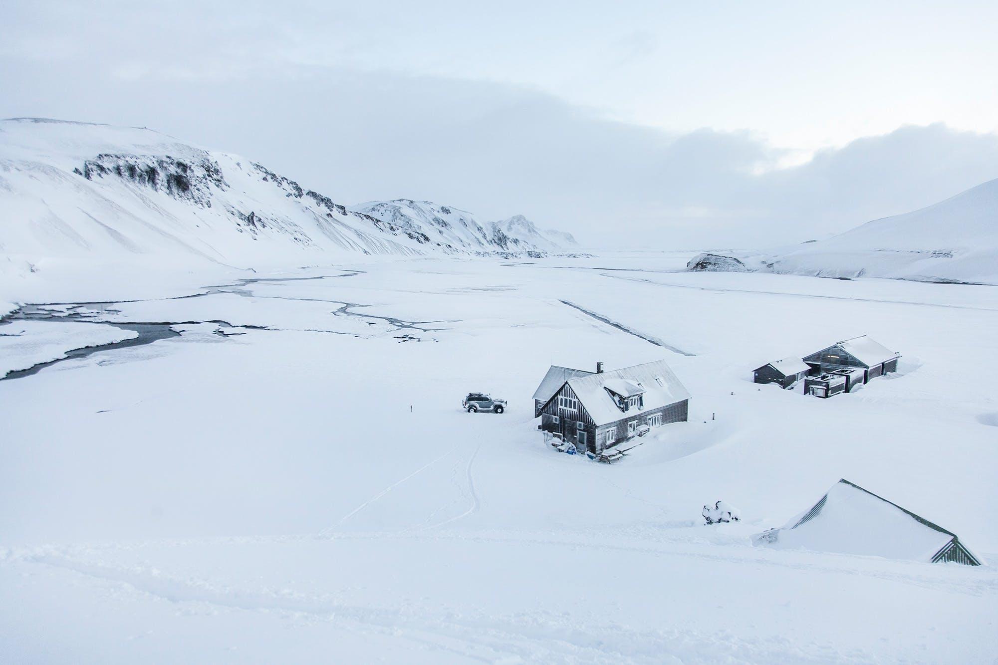 如果爱好狂野自然,可以选择冬季一日游,深入冰岛内陆高地兰德曼纳劳卡