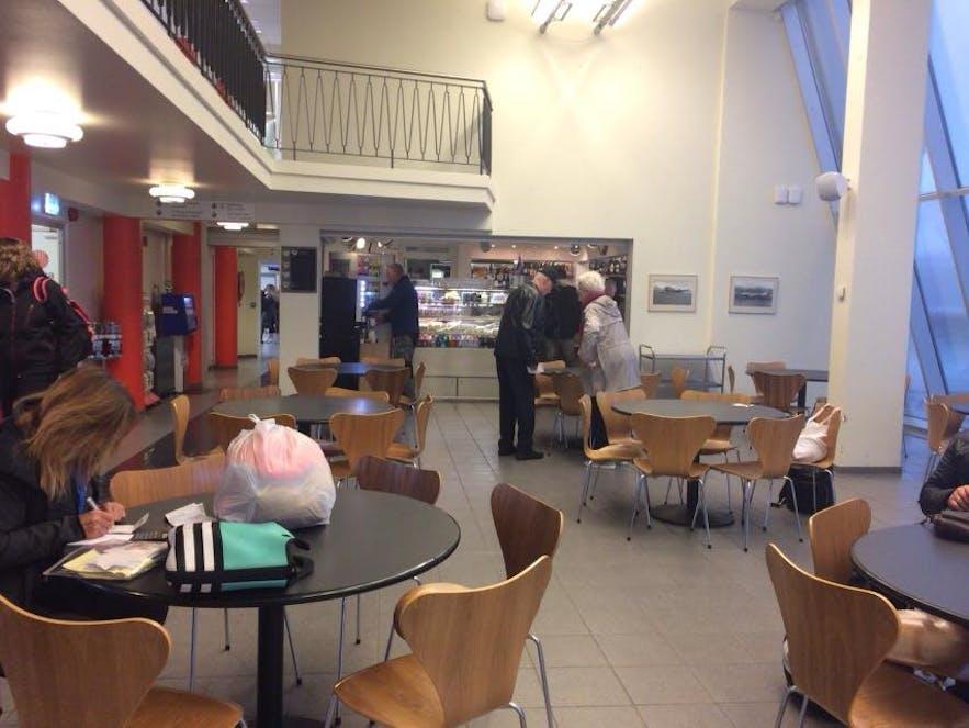 アークレイリ空港のカフェ