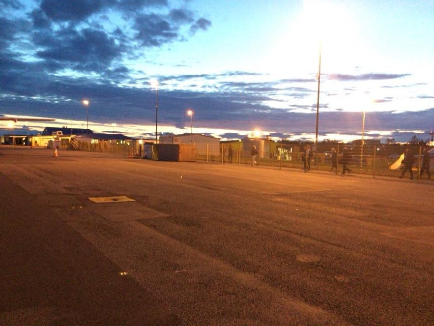 夜のレイキャビク国内空港