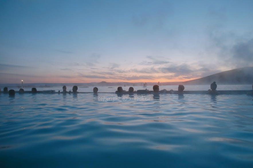 在冰岛北部的米湖泡温泉看日落