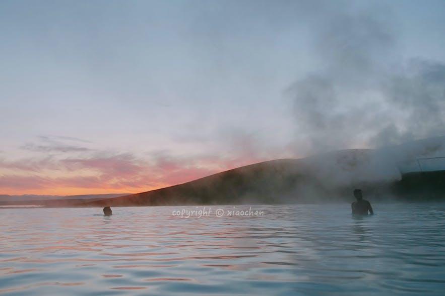 在米湖泡着温泉欣赏日落晚霞