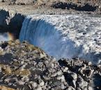 La cascade Dettifoss est entourée de formations rocheuses étonnantes qui ne font qu'ajouter à l'aspect dramatique de la cascade.