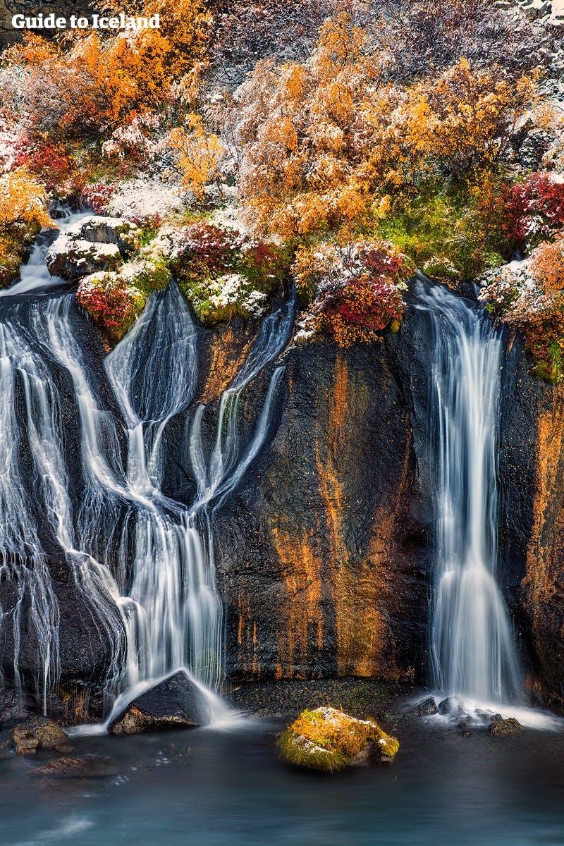 """Der Name des Wasserfalls Hraunfossar in Westisland bedeutet """"Lava-Wasserfälle""""."""