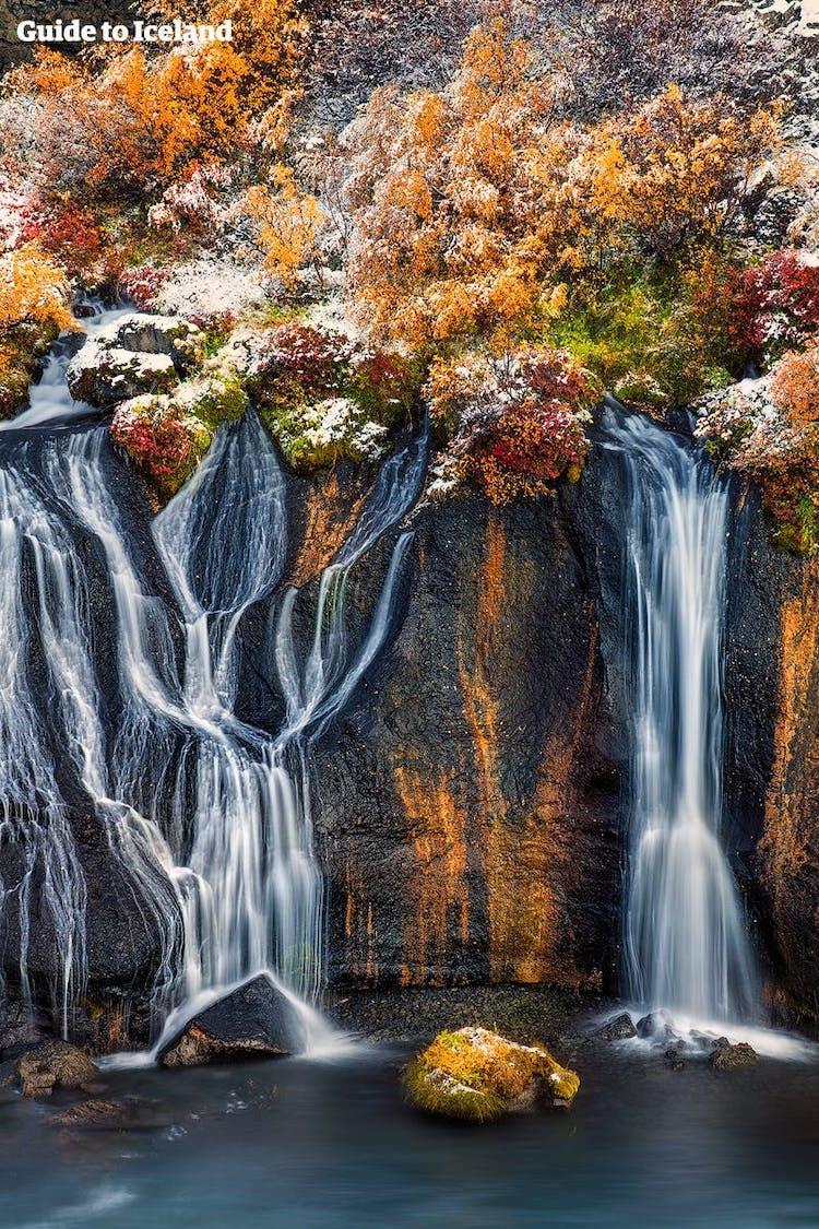 Der Name des Wasserfalls Hraunfossar in Westisland bedeutet