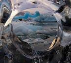 Blick durch einen Eisberg an der Gletscherlagune Jökulsárlón